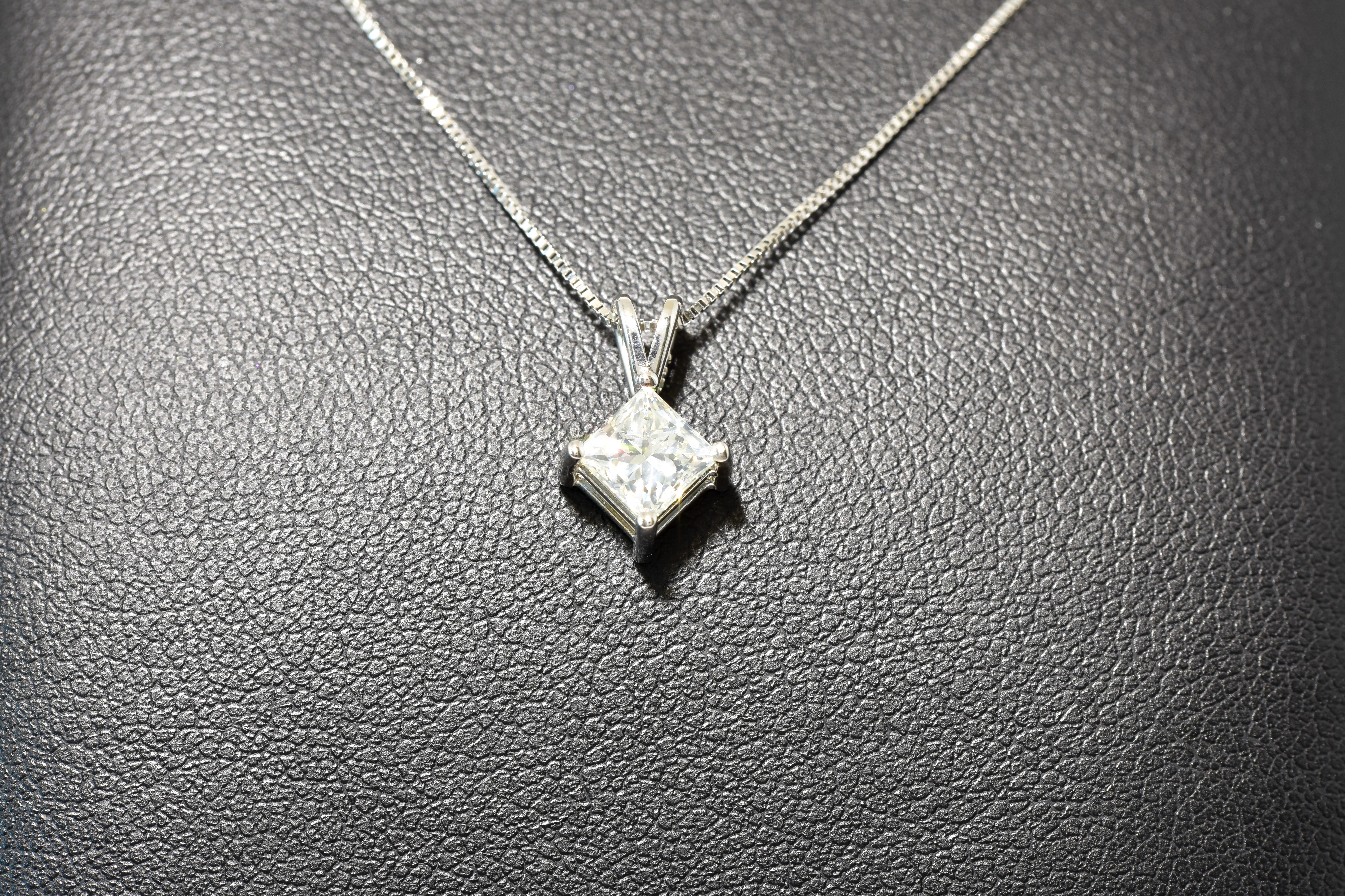 14 kt White Gold Pendant with Princess Cut Diamond 18″ Chain